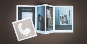 Strandbygaard trykkeri viser her en folder der er trykt til møbelfabrikanten Fritz Hansen. Få trykt foldere professionelt og miljøvenligt.
