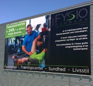 Her ses et facade-banner trykt hos Strandbygaard Trykkeri