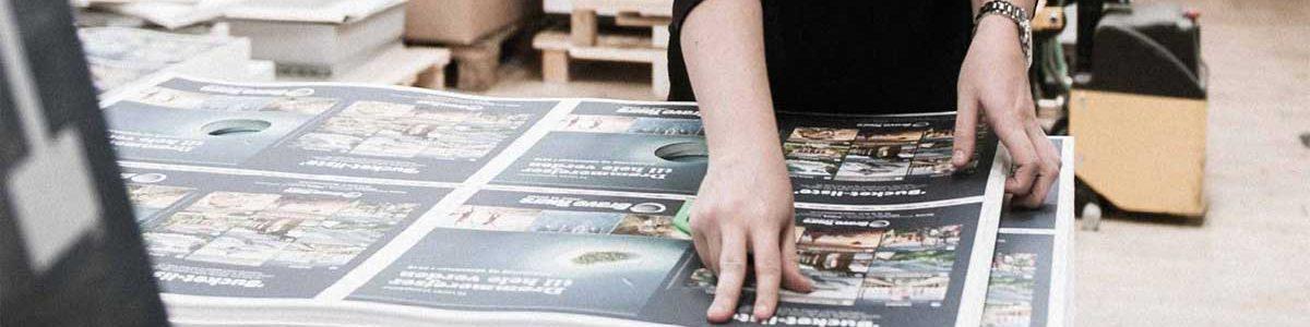 Strandbygaard Trykkeri viser medarbejder der arbejder i bogbinderi