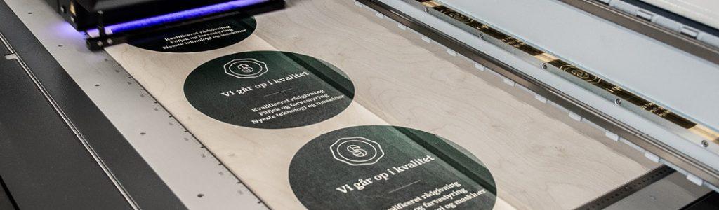 Skilte materialer hos Strandbygaard Trykkeri i Skjern viser her hvordan der kan printes på plader af alle slags.