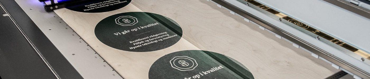 POS materialer hos Strandbygaard Trykkeri i Skjern viser her hvordan der kan printes på plader af alle slags, der bruges til Point of Sale, storformat, messematerialer og lignende.