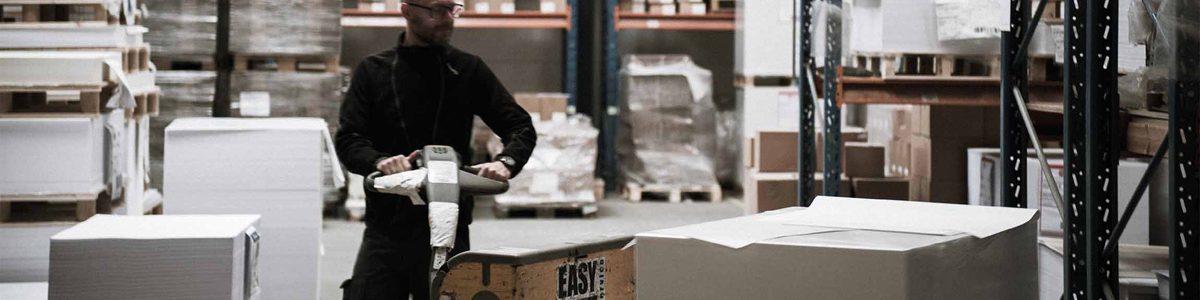 Strandbygaard trykkeri viser her det store profesionelle pakkeri i det miljøvenlige trykkeri i Skjern