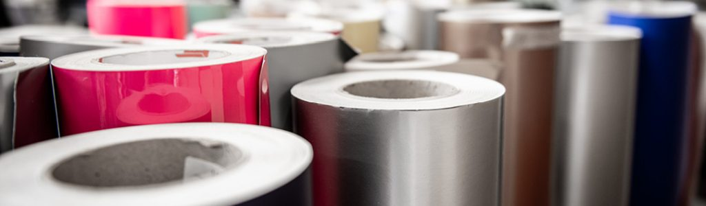 Strandbygaard trykkeri viser her folie i flere farver der bruges til tryk og print af storformat, Point of Sale og messematerialer