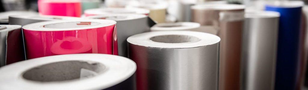 Strandbygaard trykkeri viser folie i flere farver der bruges til tryk og print af skilte og storformat.