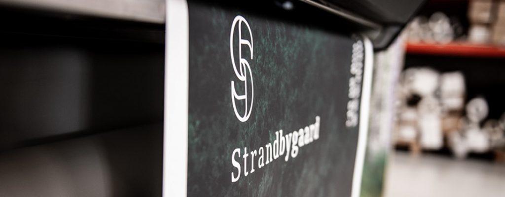 Strandbygaard Trykkeri viser plakat der er tryk i skilte og storformatafdeling
