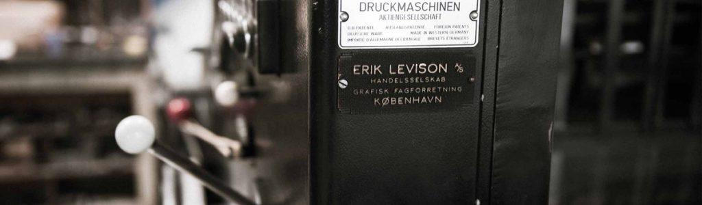 Strandbygaard Trykkeri har her på billedet en trykmaskine der bruges til tryk af professionelle tryksager.
