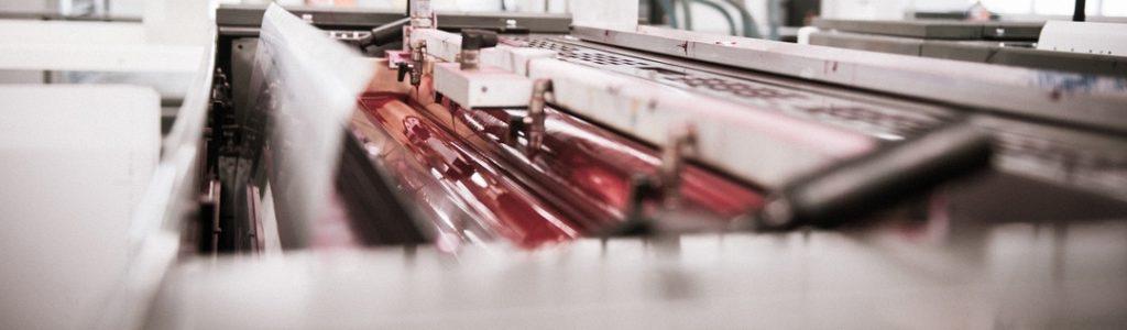 Strandbygaard har et moderne trykkeri med miljørigtig produktion. Her ses en trykmaskine.